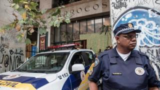 Guarda municipal faz plantão no Marrocos para coibir a entrada pessoas no prédio