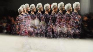 Maye Musk New York Fashion Week moda şousu vaxtı podiumda gəzinir