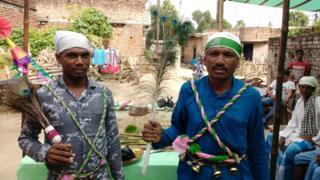 धर्मेंद्र के फुफेरे भाई मनोज राजवंशी (दाएं) मुहर्रम के दौरान पैकार बनते हैं