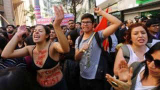 Celebran en las calles de Santiago de Chile por decisión del Tribunal Constitucional sobre el aborto.