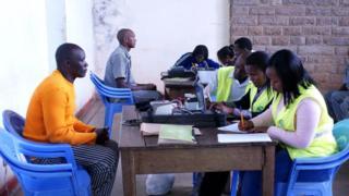 Wafungwa nchini Kenya wakijisajili katika sajili za wapiga kura
