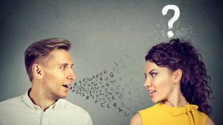 Hombre y mujer joven hablando diferentes idiomas.