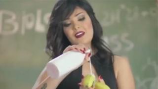夏瑪被判入獄兩年,因其穿著內衣出現在音樂視頻中,並用充滿性暗示的方式吃了一根香蕉。