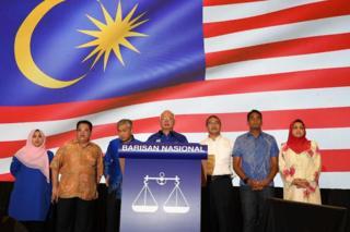 纳吉布(中)带领国阵高层在吉隆坡会见记者(10/5/2018)