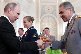 Rusya Devlet Başkanı Vladimir Putin ve Savunma Bakanı Sergey Şoygu, Suriye'de savaşan askerler onuruna düzenlenen ödül töreninde kadeh tokuştururken