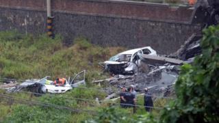 спасатели на месте обрушения и обломки автомобиля