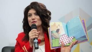 "Лариса Денисенко з книжкою ""Майя та її мами"""