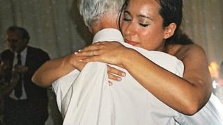 父親のリントンさんを抱擁するプライアーさん