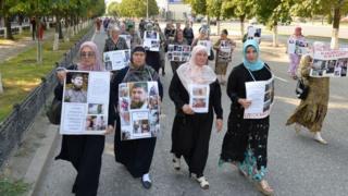 """Родственники детей, вывезенных на территории, подконтрольные """"Исламскому государству"""", в августе 2017 года устроили шествие в Грозном"""