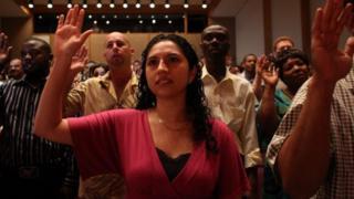 Carolina Blanco, originaire d'El Salvador, et d'autres, sont assermentés pour devenir citoyens américains au cours d'une cérémonie de naturalisation le 30 août 2007 à Fort Lauderdale, en Floride