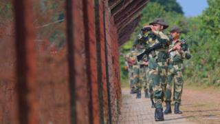 বাংলাদেশ ভারত সীমান্তে বিএসএফ সদস্যদের টহল