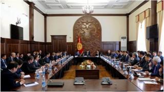 Кыргыз өкмөтүнүн жаңы курамында башкаруучулук тажрыйбасы жок адамдар бар деп парламентте көп сынга алынды