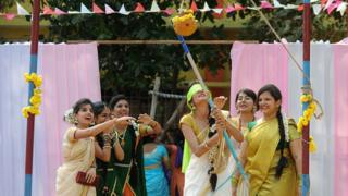 தமிழர் பாரம்பரிய முறைப்படி பொங்கல் பண்டிகையை கொண்டாடிய வெளிநாட்டினர்
