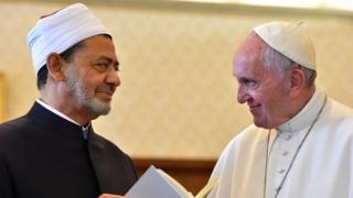 El Ezher imamı Şeyh El Tayyib, geçen yıl Vatikan'da düzenlediği gezide Papa Francesco ile görüşmüştü.