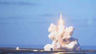 Tên lửa Falcon Heavy rời bệ phóng