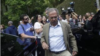 Paulo Guedes caminha com jornalistas no plano de fundo