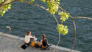 Девушки на берегу Сены