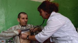 Медработница осматривает пациента в России