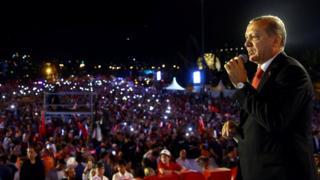 埃尔多安在未遂政变发动一周年当天,在伊斯坦布尔向上万名支持者发表富有情感的演说。