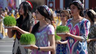 سبزه گندم، یکی از نماد های نوروز در دست دختران تاجیک