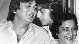 संजय दत्त अपने पिता सुनील और मां नरगिस के साथ