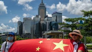 Сторонники Пекина в Гонконге с китайским флагом 30 июня