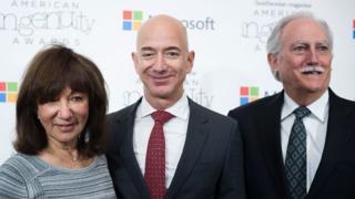 Jackie, Mike y Jeff Bezos.