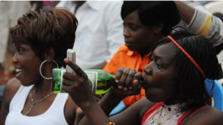Woman dey jolly with beer