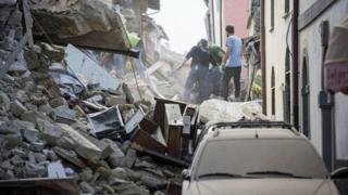 Rescatistas buscan sobrevivientes entre los escombros en Italia