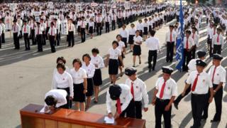 朝鲜学生排队签名加入朝鲜人民军