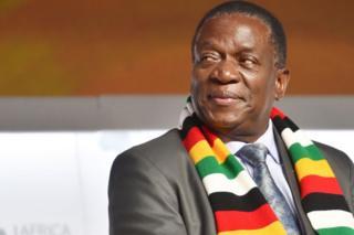 Rais wa Zimbabwe Emmerson Mnangagwa akiwa amevalia skafu yenye rangi za bendera ya Zimbabwe