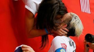 2015 여자 월드컵에서 우승한 미국의 애비 웜백이 동성 파트너와 축하를 나누고 있다