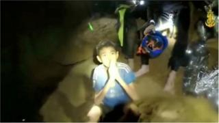गुफा में बच्चा