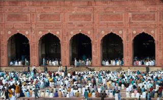 د پاکستان لاهور ښار په بادشاهي جومات کې ځايي مسلمانان د اختر لمانځه لپاره یو ځای کېږي.