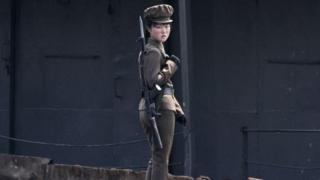 Một nữ binh sĩ Bắc Hàn tại bờ sông Áp Lục (2014)