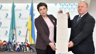 Ukrainian officials present ballot paper with 39 candidate names on it, 21 Mar 19