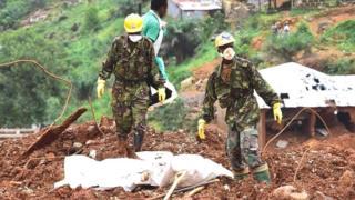 Le porte-parole du gouvernement sierra léonais Abdoulai Bayratay informe que l'armée et des experts venus d'Espagne vont continuer la recherche des corps ensevelis.