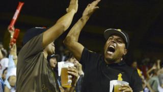Dos aficionados celebran