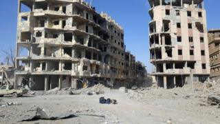 Suriye'nin Deyr ez Zor kasabasında yıkık binalar