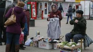 Пенсіонери торгують на ринку
