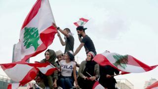 تظاهرکنندگان به وضعیت اقتصادی و گستردگی فساد در دولت اعتراض دارند