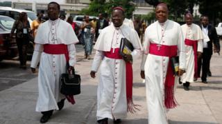 Abasenyeri Fidele Nsielele (ibubamvu) Marcel Utembi (hagati) na Fridolin Ambongo (iburyo)