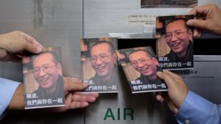 Người biểu tình ở Hong Kong cầm bưu thiếp có hình Lưu Hiểu Ba
