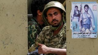 جندي يمني موالي للحوثيين