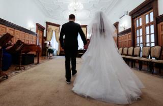 8 июля 2016. Молодожены во время церемонии бракосочетания в День семьи, любви и верности в Грибоедовском ЗАГСе