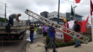 Defesa de Lula pede soltura 'imediata' e militância prepara palanque em Curitiba