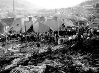 A chain of rescue workers at the site of the disaster on 21 October 1966
