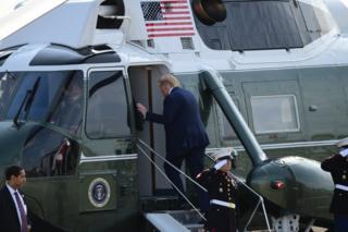 """特朗普乘坐""""海军陆战队一号""""直升机飞往伦敦。"""