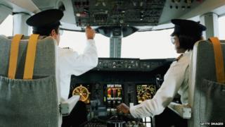 या दोन वैमानिकांमध्ये गैरसमजुतीमुळे उडत्या विमानातच भांडण झालं.