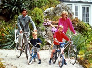 Diana e Charles andando de bicicleta com os filhos